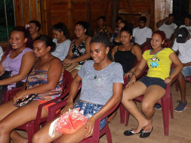 Students gather for an online learning course on Little Corn Island. Photos by Gretchen Robleto.